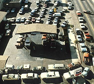cars wait for gas 1973